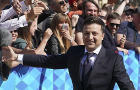 Į inauguraciją atvykusį V.Zelenskį ovacijomis ir šūksniais pasitiko didžiulė minia