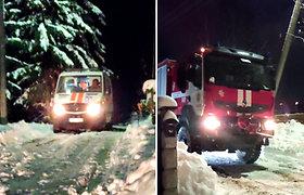 Merginą po priepuolio gelbėję medikai strigo sniege: ištraukė tik ugniagesiai