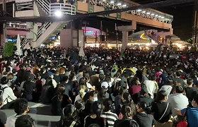 Vienas protesto lyderių primena susirinkusiems, kad dabartinis šalies premjeras Prayuth Chan–ocha ir jo partija neištesėjo pažadų sukurti socialines garantijas šalyje