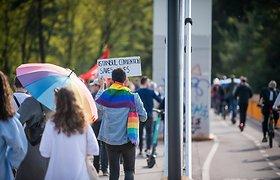 """Prieš """"Didįjį šeimos gynimo maršą"""" einantys LGBT bendruomenės nariai"""