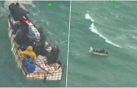Kameros užfiksavo dramatišką akimirką, kaip banga apverčia ir pasiglemžia laivą su migrantais