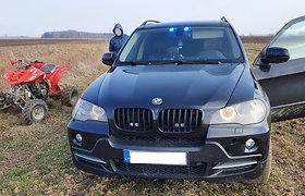 Policija prabangiu BMW visureigiu laukais vijosi bėglį su keturračiu