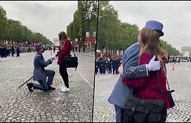 Karinis paradas Paryžiuje trumpam sustojo – prancūzų karys pasipiršo mylimajai