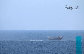 JAV karinis laivas Arabijos jūroje sulaikė didelę ginklų siuntą