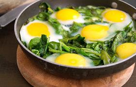 Žalioji šakšuka, arba pavasarinių gėrybių pataluose kepti kiaušiniai
