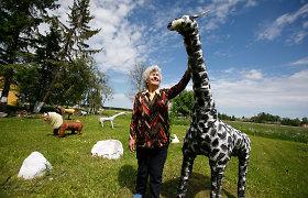 87-erių Petronėlė pievą puošia savo kurtais gyvūnais: pati net lentas susipjauna
