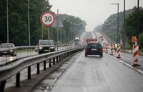 """Drama Karmėlavoje: prie šviesoforo sustojusi """"Tesla"""" sulaukė BMW smūgio į priekį – pasikėsinta apiplėšti savininką"""