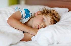 Darželinukų pietų miegas: vaikai nekokybiškai ilsisi naktimis, tėvai negali jų pažadinti rytais. Ką sako mokslas ir darželių vadovai?