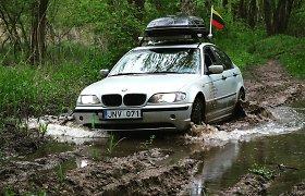 Klausos negalią turintys vaikinai aplink Lietuvą per pelkes ir smėlynus važiavo BMW