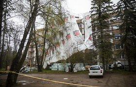 Antakalnyje nuo renovuojamo namo gūsis nuplėšė pastolius: dužo vilniečių langai, vairuotojai gelbėjo mašinas