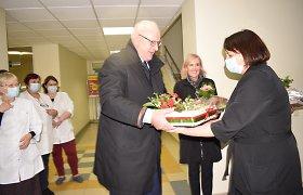 Norėjo parodyti pavyzdį, bet ne visai pavyko – Ž.Pinskuvienė su vyru medikus sveikinti nuvyko be kaukių