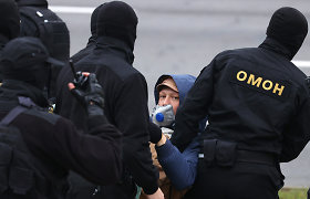 Minske prasidedant protestams į miestą važiuoja kovai su riaušėmis skirtos mašinos