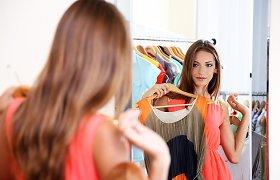 Atgal į drabužių ir batų parduotuves: kokias apsaugos priemones taiko ir ar leidžia matuotis?