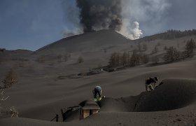 Apokaliptinis vaizdas Kanaruose: žmonės iš pelenų bando atkasti namus