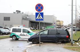 """Panevėžyje per """"Seat"""" ir """"Mercedes"""" susidūrimą nukentėjo šaligatviu ėjusi moteris"""