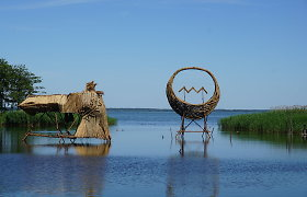 Gintaro įlanką vėl papuošė nendrinės skulptūros