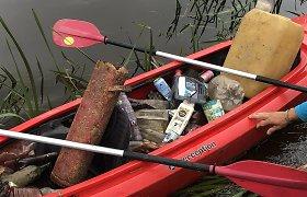 Po pasiplaukiojimo Širvintos upe – pilna baidarė šiukšlių