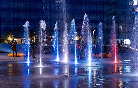 Kauno Vienybės aikštės fontanas vakarais pražysta spalvomis