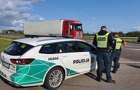 """Neblaivių vilkikų vairuotojų keliones """"Via Baltica"""" ruože nutraukė policija"""