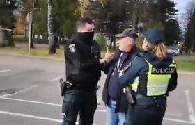 Nufilmuota, kaip Plungėje 5 policininkai per 6 minutes sutramdė kaukės nedėvėjusį vyriškį