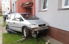 """Pakruojyje – """"Opel"""" smūgis į renovuotą daugiabutį"""