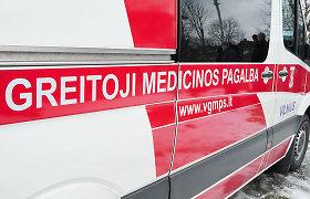 Zarasų rajone užsidegė į medį įsirėžęs automobilis, du žmonės nukentėjo