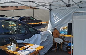 Jurbarke automobilis atsitrenkė į skiepų palapinę: avarija skiepijimo nenutraukė