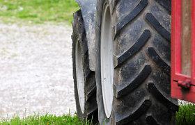 Rietavo savivaldybėje apvirtęs traktorius prispaudė ir mirtinai sužalojo vyrą