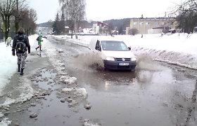 Prasidėjus atodrėkiui Vilniuje patvino gatvė