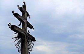 Užvenčio meno simpoziume sukurtas 7 metrų aukščio medinis trijų kryžmų kryžius