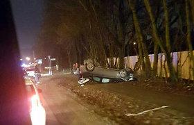 """Avarija Kaune: po smūgio į """"Opel"""" ir medžius, apsivertė neblaivios moters vairuojamas BMW"""