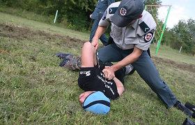 Dėl vagystės parduotuvėje sulaikytas jaunuolis peiliu puolė Kauno policininką