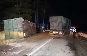"""Rykantų kelio vingyje konteineris nuo platformos krito pro šalį važiuojant """"Aygo"""": sužeista mergina"""