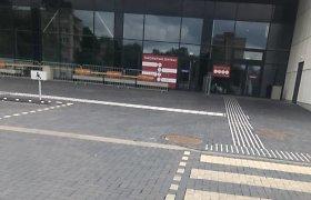 Nuvažiavo skiepytis ir pabučiavo duris: Kauno vakcinacijos centre šeštadienį skiepų nebuvo