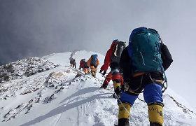 Nepalas atsidaro alpinistams: 300 laimingųjų leista bandyti įkopti į Everestą