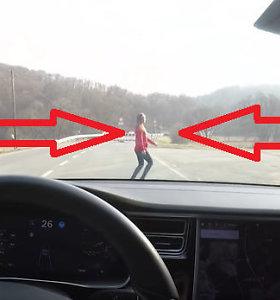 """""""Tesla Model S"""" automatinio stabdymo sistemą bandė važiuodamas link savo žmonos"""