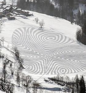 Pribloškiantys geometriniai piešiniai ant sniego ir smėlio – juos jau 10 metų kuria britas