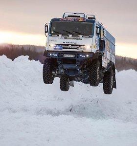 """10 tonų sveriantis """"Kamaz"""" ant sniego nuskriejo 37 metrus"""