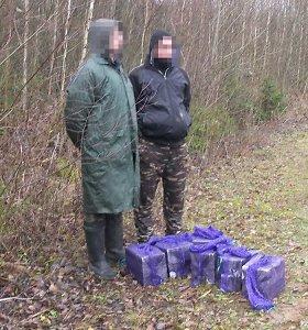 Slapti violetiniai ryšuliai vyrams prišaukė bėdą: vos juos paėmę, įkliuvo pareigūnams