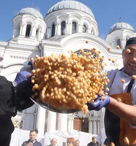 Kauniečiai išvirė rekordinį plovą: tik druskos prireikė net 2,5 kg, indą atsigabeno iš Uzbekijos