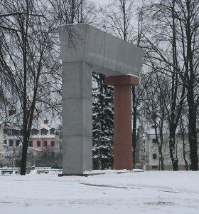 Praeivis sulaikė girtą pusamžį vyrą, grafičiu apipaišiusį paminklą Klaipėdoje