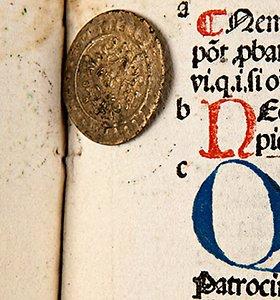 Senoje knygoje VU bibliotekoje rasta XVI amžiaus moneta