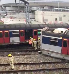 Honkonge rytinio piko metu nuo bėgių nulėkė traukinys