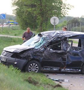"""Panevėžio rajone prieš eismą išvažiavęs automobilvežis nuo kelio nubloškė """"Volkswagen"""""""