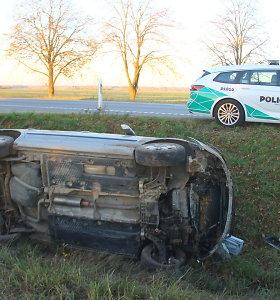 """Panevėžio rajone girta vairuotoja į griovį nuvairavo savo """"Škoda"""""""