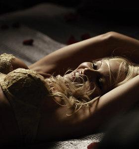 Pamela Anderson įsiamžino erotiškoje apatinių reklamoje: moteris turi puoštis dėl savęs, ne dėl vyro