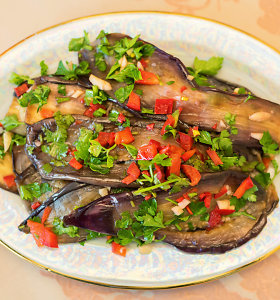 Efektinga ir skanu: su žolelėmis marinuoti baklažanai greitam valgymui