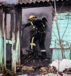 Kauno rajone degė pirtis: dūmų prisikvėpavęs savininkas išvežtas į ligoninę