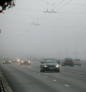 Įspėjimas vairuotojams: eismą sunkinarūkas, sumažėjęs matomumas