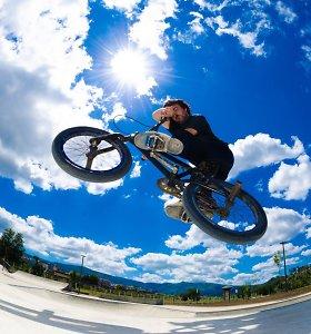 Geriausi pasaulio mažųjų dviračių (BMX) sportininkai triukus demonstruos Rygos senamiestyje